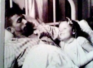 O pai e Walderez se recuperam, após o naufrágio, no Hospital Português, Bahia, Brasil