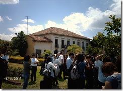 Participantes do V Encontro aproximam-se da antiga Sede da Fazenda Paraizo